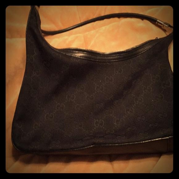 8075766e3f4 Gucci Handbags - Gucci black signature bag